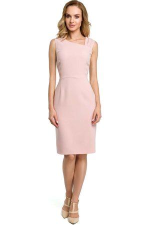 MOE Kobieta Sukienki dopasowane - Pudrowa wieczorowa ołówkowa sukienka z ciekawym dekoltem