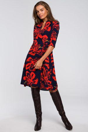 MOE Rozkloszowana sukienka kopertowa z wzorem- model1