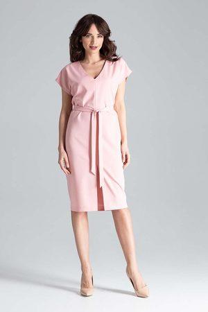 Katrus Różowa sukienka w serek z krótkim rękawem przewiązana paskiem