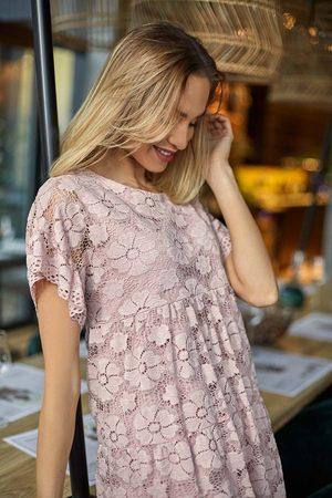 MOE Różowa zwiewna sukienka koronkowa z mini rękawkiem