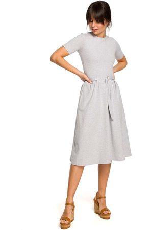 MOE Kobieta Sukienki koktajlowe i wieczorowe - Szara lekko rozkloszowana sukienka z krótkim rękawem