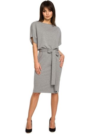 MOE Kobieta Sukienki koktajlowe i wieczorowe - Szara sukienka przewiązana paskiem z nietoperzowym krótkim rękawem