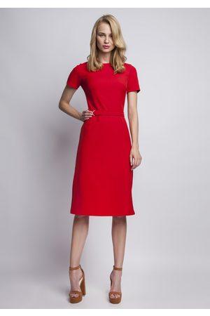 Lanti Szykowna czerwona sukienka z krótkim rękawem i ozdobnym paskiem