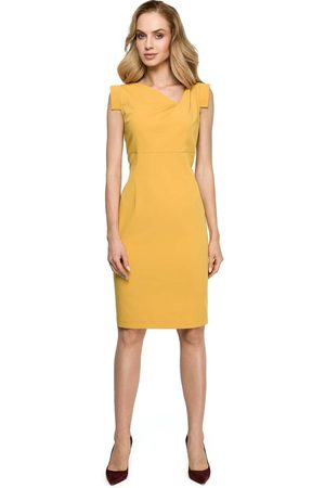 MOE Żółta dopasowana sukienka z asymetrycznym dekoltem