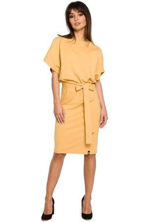 MOE Kobieta Sukienki koktajlowe i wieczorowe - Żółta sukienka przewiązana paskiem z nietoperzowym krótkim rękawem