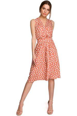MOE Kobieta Sukienki bez rękawów - Rozkloszowana sukienka w grochy bez rękawów - łososiowa
