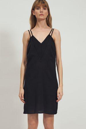 Nife Kobieta Sukienki koktajlowe i wieczorowe - Czarna sukienka na podwójnych ramiączkach