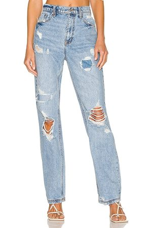 Free People Kobieta CRVY Straight Shooter Jean in - Blue. Size 25 (also in 26, 27, 28, 29, 30, 32).